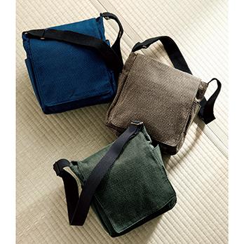 左上=濃紺/右上=茶/下=緑 刺子織特有の凹凸の手触りが心地よい。本誌とほぼ同じA4サイズまでの書類が入る。ポケットは前面と主室内に各1、両側のポケットはペン差しなどにも使える。