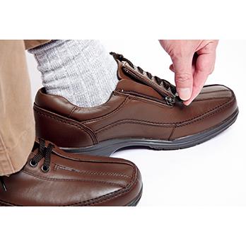 靴ひもを緩めなくても楽に脱ぎ履きができる、サイドファスナーを採用。内側にあるので目立たない。