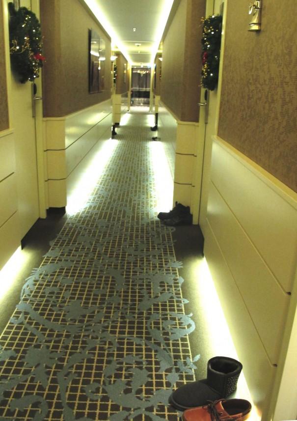 14部屋の前に並んだ靴