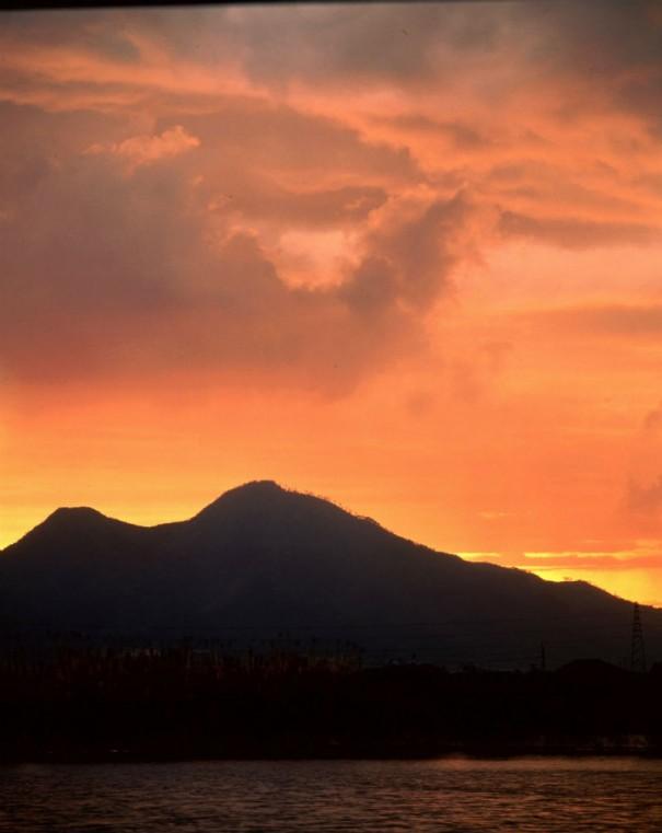 「大津皇子の眠る二上山」(1970年 *)。入江は落日の二上山を繰り返し挑戦している。