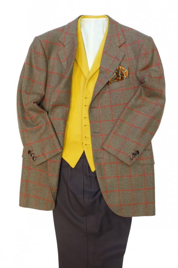 モスグリーンに赤のウインドウペン(窓格子、WINDOW PANE)の上着、黄色のチョッキ、モスグリーンのズボンのコーディネート。この場合、シャツは白のほか、クリーム、ピンクなどの暖色系がおすすめ。
