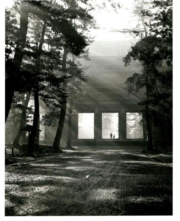 「東大寺南大門」。重源が再建した鎌倉建築の貴重な遺構。国宝。(1953年頃)