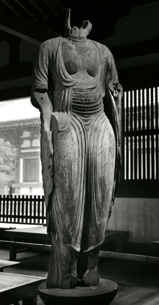 「唐招提寺如来形立像」。現在は新宝蔵に安置されている。(1959年 *)
