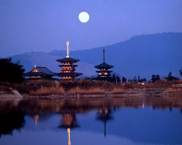 「宵月薬師寺伽藍」。右が国宝の東塔、中央が再建された西塔、左がやはり再建された金堂。(1982年頃 *)