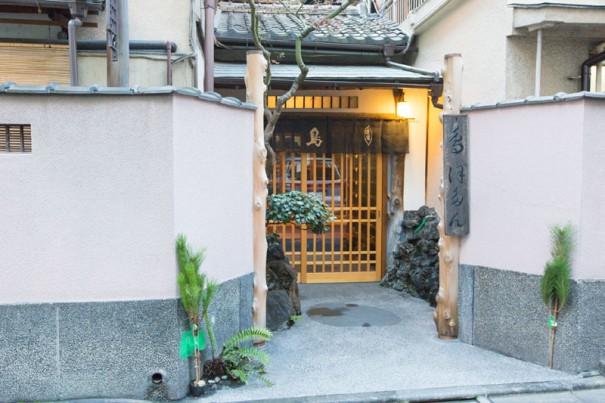 現在も神田淡路町で営業を続ける鳥料理の老舗店「ぼたん」。明治30年頃の創業と伝えられる。
