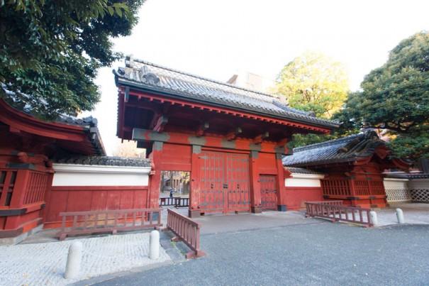 東京大学の赤門。徳川11代将軍家斉の娘が、ここにあった前田家本郷屋敷に嫁入りしたことの名残り。従って、漱石の時代から学生や講師たちはこの門を出入りしていた。