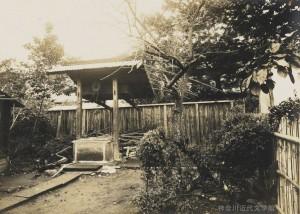 漱石一家が暮らした熊本・内坪井町の旧居。第一子となる長女の筆子はここで生まれ、庭の井戸で産湯をつかった。写真/神奈川近代文学館蔵