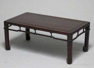 漱石が愛用した紫檀の文机。大きさは縦420 ×横751 ×高さ 304(・)。この机上から数々の名作が生まれた。写真/神奈川近代文学館