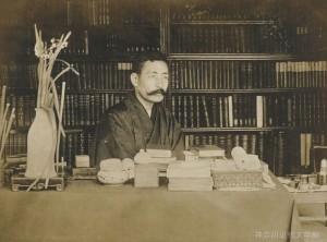 東京・千駄木の自宅書斎で。明治39年、数え40歳の頃。この書斎で『吾輩は猫である』が紡がれたため、後年この家は「猫の家」と呼ばれた。写真/神奈川近代文学館蔵