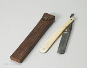 漱石が愛用していた折り畳み式の西洋剃刀(革ケース付)。英国留学中も、これを使っていたのではないかと想像される。写真/神奈川近代文学館蔵
