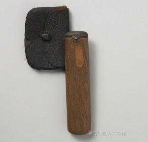 腰差し煙草入れ。散歩や旅行に出かける折には、漱石はこれを持参したに違いない。写真/神奈川近代文学館蔵