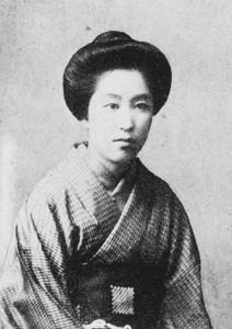 大塚楠緒子(1875~1910)。名前の読みは「くすおこ」とも「なおこ」とも伝えられる。小説の他、和歌や翻訳、絵画、ピアノ、料理などを得意とする多才さだった。写真/日本近代文学館蔵