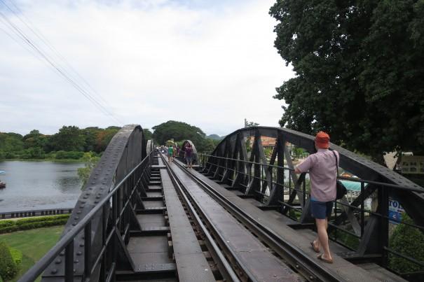 列車が来ない時間、鉄橋の上を歩いて渡ることができます。