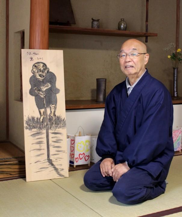 館長の幻一さん。1942年京都市生まれ。独学で版画を学ぶ。左は「わらべ羅漢」の版木。著書は木版画集『羅漢さん』(春秋社)、『羅漢さん漢字百景』(漢検新書)ほか。