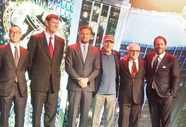 記者会見にて。左からメルコ・クラウン・エンターテイメント社ローレンス・ホー共同会長兼CEO、同社ジェームス・パッカー共同会長、レオナルド・ディカプリオ、ロバート・デ・ニーロ、マーティン・スコセッシ、プロデューサー&映画監督のブレット・ラトナー。