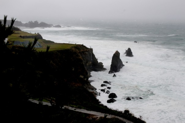 海の中に立つ屏風岩。高さ13mの奇岩。夕日のスポットとしても人気が高い。