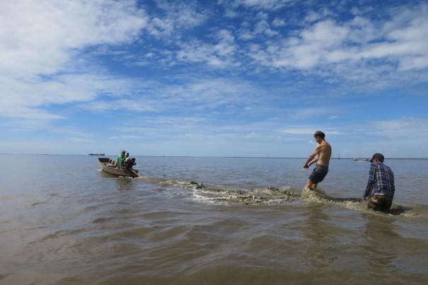 広い干潟では、板と漁船でジェットスキーも!