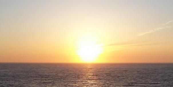 日本海に沈む夕日。太古から変わらぬ風景である。(写真提供=とト屋)