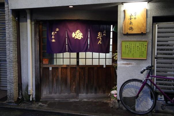 昭和の趣がある店。引き戸を開けると、あたたかい雰囲気に満ちる。