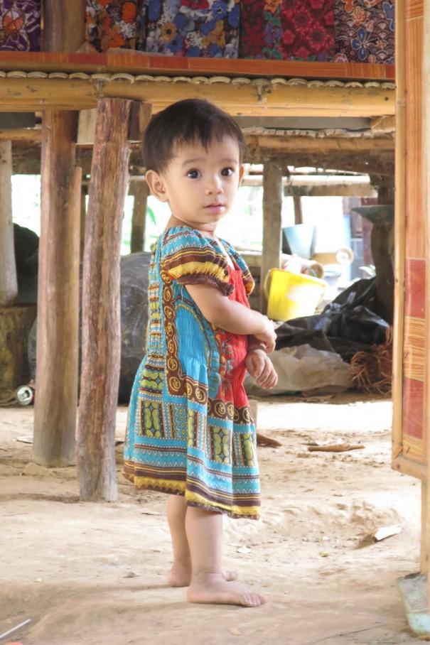 村の子供たち。モン族はカラフルな衣装が好き。