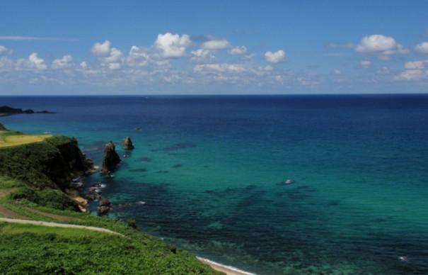 夏の屏風岩。丹後半島の名勝のひとつ。海が透き通るように美しい。(写真提供=とト屋)
