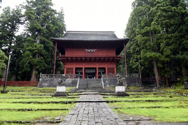 棟高が17.5mに達する岩木山神社楼門。二代藩主信枚の寛永5年(1628)の造営。