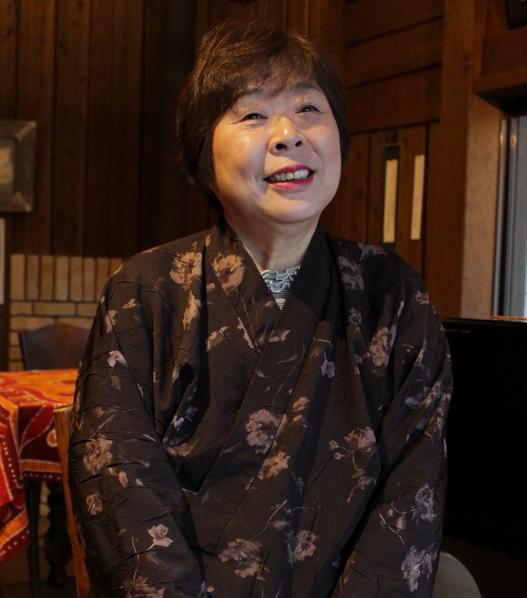 とト屋の女将・池田香代子さん。間人カニの魅力を楽しそうに語る。最近は地質景観を保護するジオパーク運動にも尽力している。