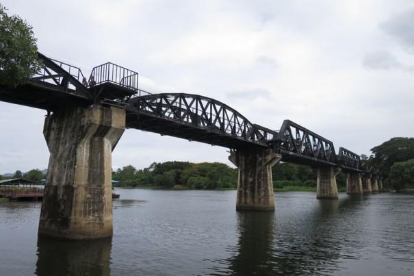 観光客が多いクウェー川鉄橋。