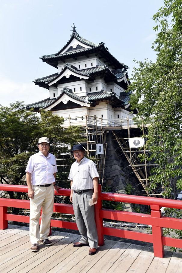 弘前城天守閣。現在は100年ぶりの修復工事のため、天守が70m移動している。百年に一度の「移動天守」は必見だ。