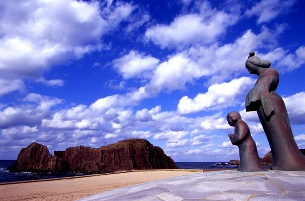 「立岩」の傍らに立つ間人(はしひと)皇后(手前)と厩戸(うまやど)皇子(後の聖徳太子)。(写真提供=とト屋)