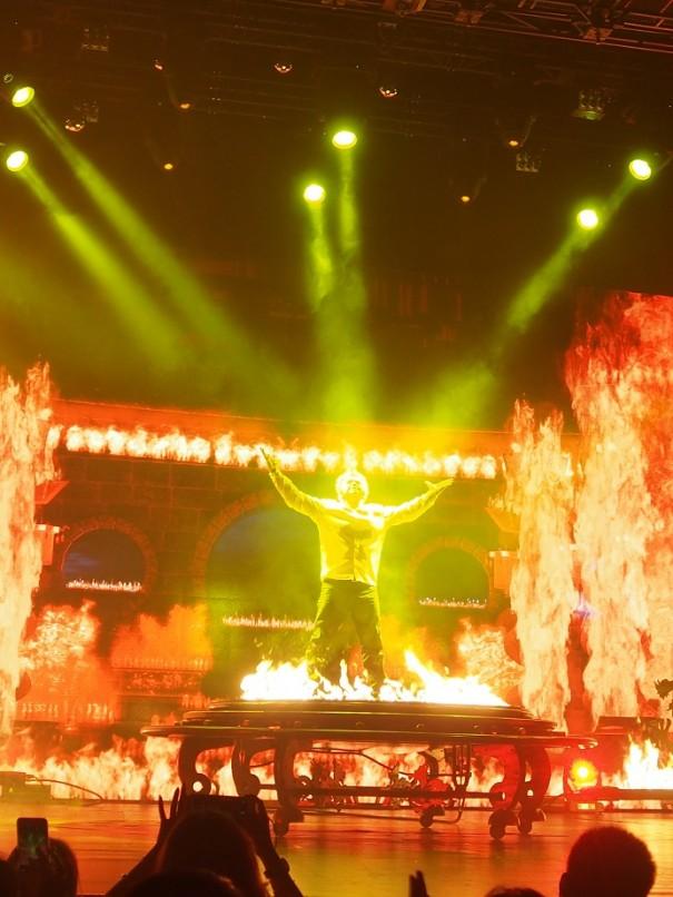 炎のなかから現れるハラレー。
