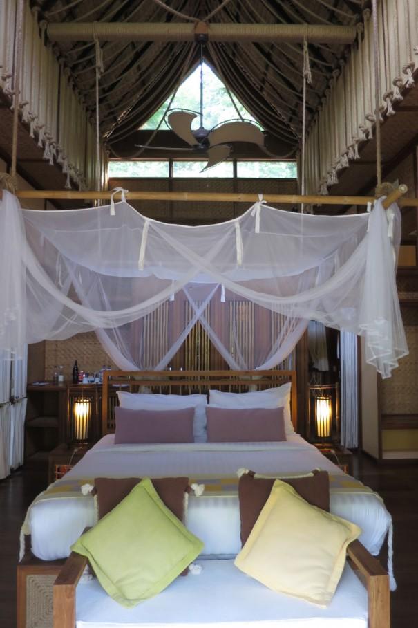 天井が高くて涼しい室内。川の上だとは思えない贅沢なコテージ。
