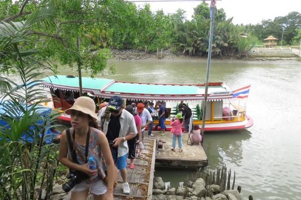 ボートを使った移動は渋滞知らず。
