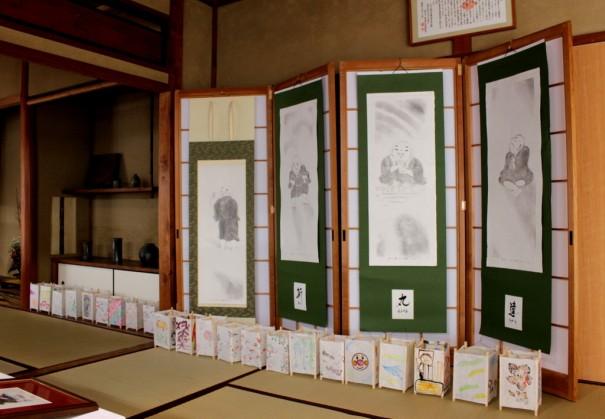 展示されている「わらべ地蔵」の作品。館内は畳敷き。ゆっくりくつろぐことができる。