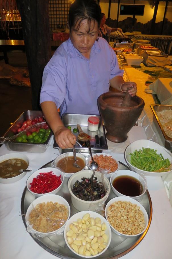 青いパパイヤのサラダ、ソムタム。何を入れるか辛さはどうするか、好みを聞いて作ってくれます。