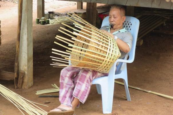 竹かごを器用に編むモン族のおじいさん。