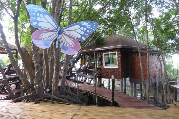 村の人で建てた観光客用のコテージ 。