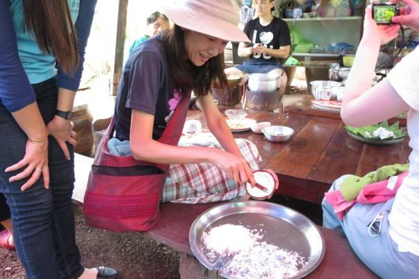 殻を手に白い果肉をガリガリと削ります。