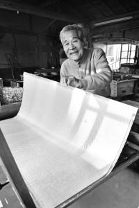 手に取った竹簀(たけす)の上に、楮(こうぞ)の繊維が規則性を描いて重なり、一枚の和紙になる。白くて強い、優美で艶もある本美濃紙に仕上げる。