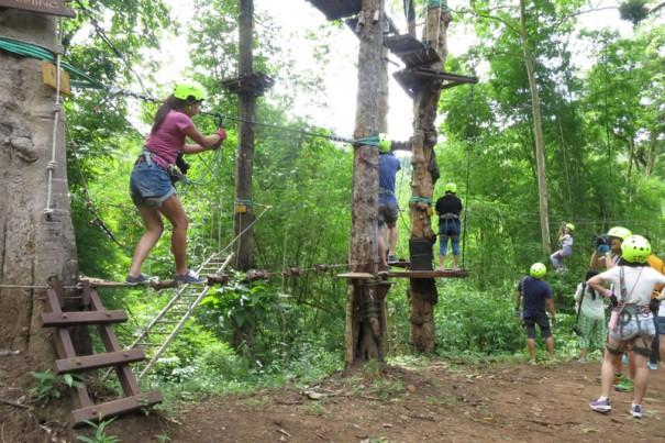 ロープにかけた金具を持ち、釣り橋を渡る練習。