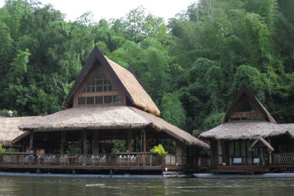 一番、大きなコテージがレセプションとレストラン。