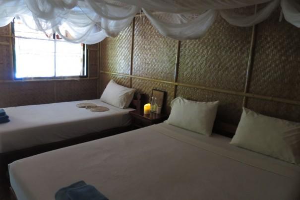 部屋はいたってシンプルだが清潔で窓から川が見られる。