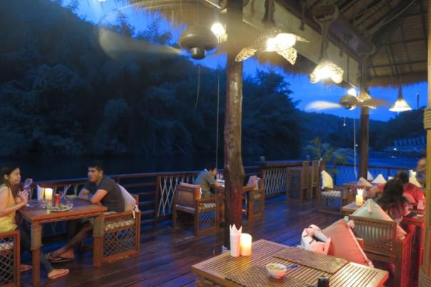夕暮れ時のレストランはとても幻想的。風も心地いい。