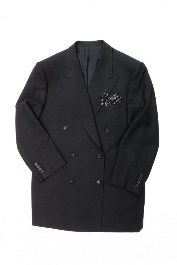 ダブルブレステッドの上着は写真のように左前(女前)でもボタンが掛けられるようになっています。ちなみに前合わせのボタンは(諸説あるが)一番下を掛けても掛けなくてかまいません。筆者は掛けないほうが粋に見えると思います。
