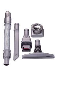 付属品一式。充電用ACアダプター(右上)のほか、写真左から、延長ホース、隙間ノズル、コンビネーションノズル、フトンツールが付く。