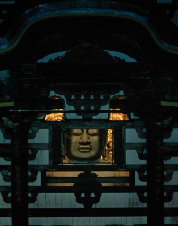 大仏殿正面の観想窓。大晦日と8月15日の万灯供養会のときに開き、大仏の顔を拝むことができる。