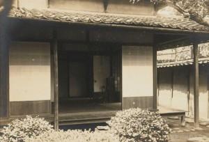 正岡子規が滞在した愚陀仏庵の1階居室。庵の名は、漱石のもうひとつの俳号「愚陀仏」に由来する。《愚陀仏は主の名なり冬籠 漱石》。写真/神奈川近代文学館蔵
