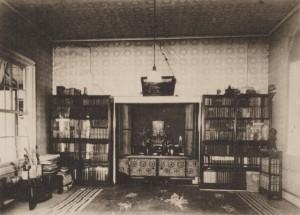 東京・早稲田南町の漱石山房の居間。開け放たれた書斎と続きの部屋で、漱石を訪ねる訪問客の多くがここで応接された。写真/神奈川近代文学館所蔵