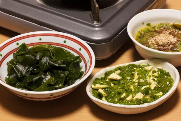 右はメカブ酢、中央はチーズとの和え物、左がシャブシャブ用ワカメ。