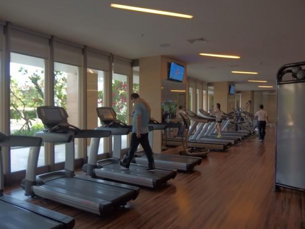 食べ過ぎた!と感じたら、フィットネスセンターへ行きましょう。ランニングマシンなどが揃うほか、ヨガやピラティス、ズンバダンスなどのレッスンも開催しています。